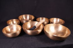 Seven-piece set of chakra singing bowls - Nepal - 21st century