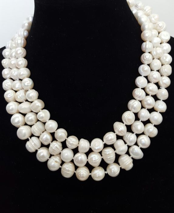 Long necklace composed of freshwater-cultured pearls - Length: 148 cm - Pearl size: 11 mm