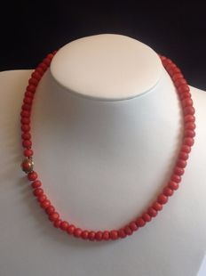 Precious coral necklace with 14 kt 585/000 yellow gold clasp