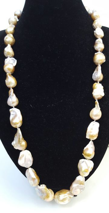 Long necklace composed of XL freshwater pearls (34-16 mm) – Length: 140 cm.