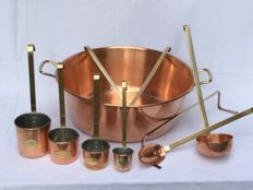 Exceptionally beautiful lot of copper kitchen utensils __ Jam bowl with a skimmer, ladle, sauce ladle and meat fork __ and 4 beautiful copper measuring cups