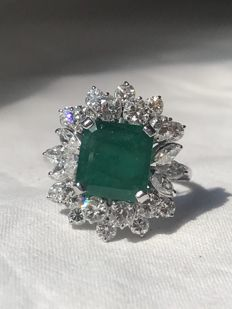 Exclusive 18 kt white gold ring with 3.10 ct emerald and 2.15 ct diamonds – Size: 20 (approx.)