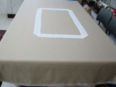 Double woven poplin tablecloth trimmed with lace.