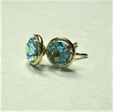 14 kt earrings with 0.70 ct of blue topaz, diameter: approx. 0.5 cm.