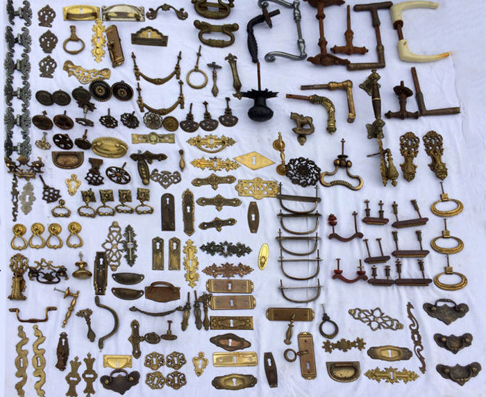 Lot of mounts -167 pieces, handles, knobs, lock plates, latches, door knobs, hinges, ornamental plates