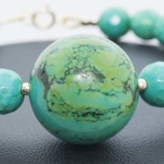 Turquoise Bracelet with 18 kt gold clasp and beads - Length 20 cm