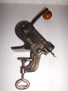 Beautifully refurbished Art deco table cork screw by Hektor 1, in excellent condition, a unique model for the beginning of the 20th century