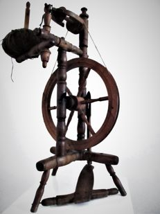 Antique wooden spinning wheel - Belgium - early 20th century