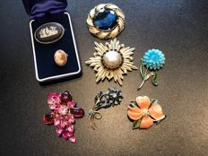 Collection of 8 signed vintage brooches, including a Wedgwood cameo stamped silver brooch