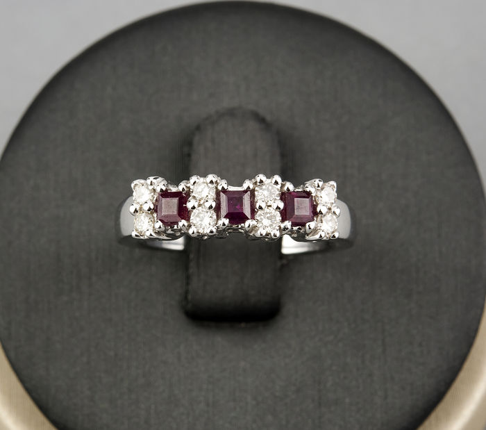 18 kt (750/000) white gold ring with 0.30 ct of diamonds and carré cut rubies of 0.30 ct - Ring size: ES 13
