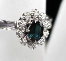 White Gold cluster ring (18 kt) with central deep greenish blue Sapphire 0.80ct & Diamonds, size 16,8 mm