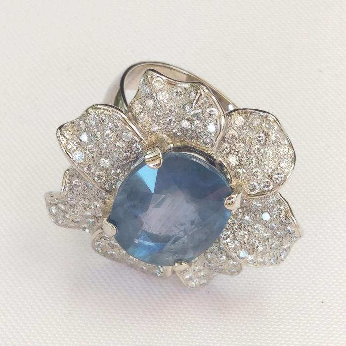 18 kt white gold ring with one sapphire of 10.18 ct and approx. 1.70 ct of diamonds - Size: 15 NO RESERVE PRICE.