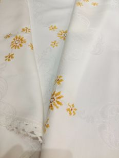 Italian manufacture - Tablecloth of Damask linen and cross stitch - Near mint condition