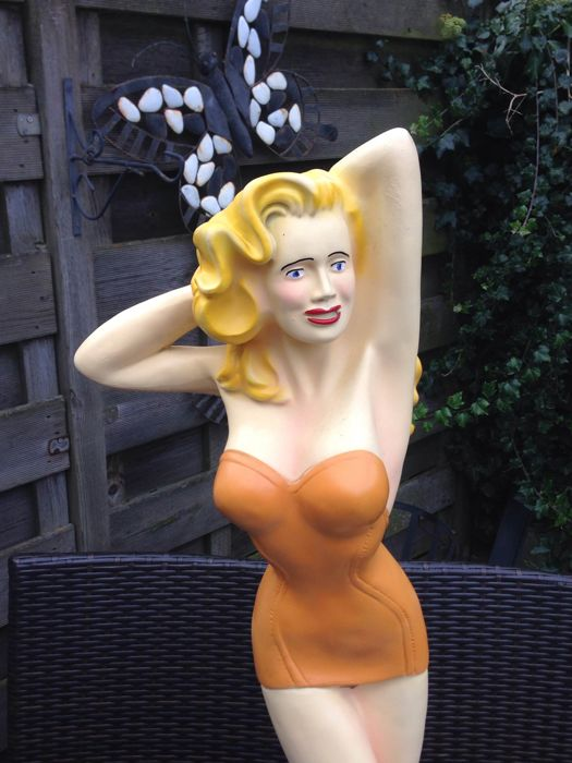 Pin-up statue - very large - 90 cm