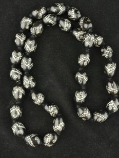 Necklace in black coral with silver decorations - Yemen, from the mid 20th century