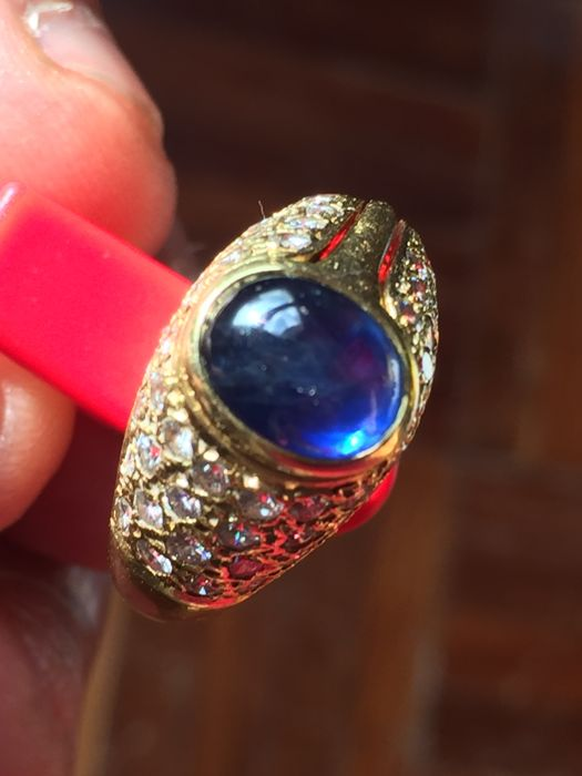 18 kt gold bangle ring with sapphire of 3.3 ct and diamonds of 1.1 ct.