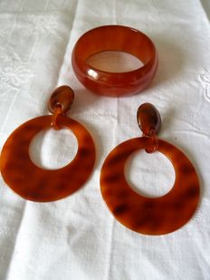 Lot consisting of a pair of earrings and a Bakelite bracelet