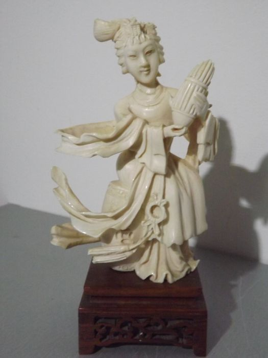 Guan-yin  sculpture in ivory - China - 1920-1930