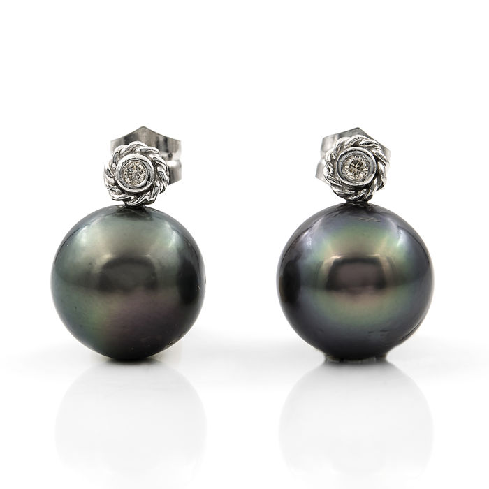 Earrings in 18 kt/750 white gold with diamonds in round bezel settings of 0.20 ct and Tahitian pearls measuring 13.50 mm