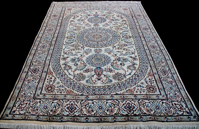 Incroyable et fantastique Tapis Persan NAIN d'Iran, Luxueux, Laine et soie naturelle,  très finement noué à la main,  app. 300x205 cm,  Collection privée.