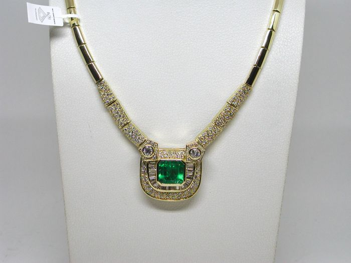 18 kt. Yellow gold - Necklace - 24.90 ct Emerald - Diamond