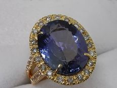 Ring with 9.74 ct tanzanite and GIA certified diamonds totalling 0.52 ct – Ring size: 14
