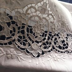 Lot consisting of 6 towels made of Burano lace and hand embroidery