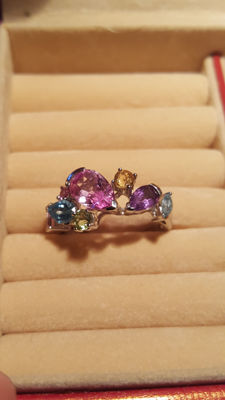 14 kt white gold ring with pink corundum, 1.80 cct, topaz, 0.64 ct, amethyst, 0.54 ct, peridot and citrine, size 57 ***No reserve***