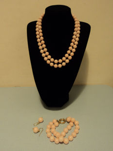 Set of jewellery made of pink shells with 18 kt gold clasps
