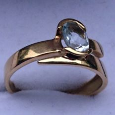 Gold and aquamarine ring. Size: 53/54