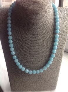 Necklace made of faceted aquamarine, length 48 cm, 18 kt / 750 white gold clasp.