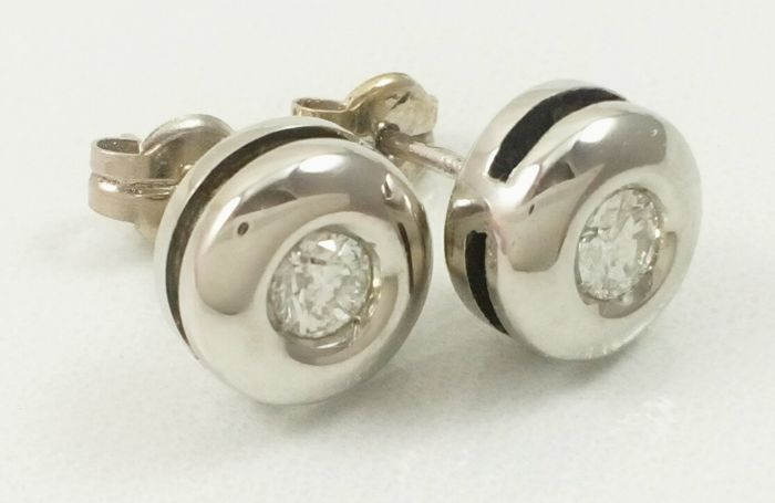 White gold earrings with diamonds (2 x 0.25 ct = 0.50 ct in total approx.)