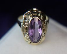 About 1950/70 14kt. beautiful handarbeid Gold ring with a natural oval faceted Amethyst VVS1 of approx. 16,5x8,2mm. in a very nice frame. Excellent state.