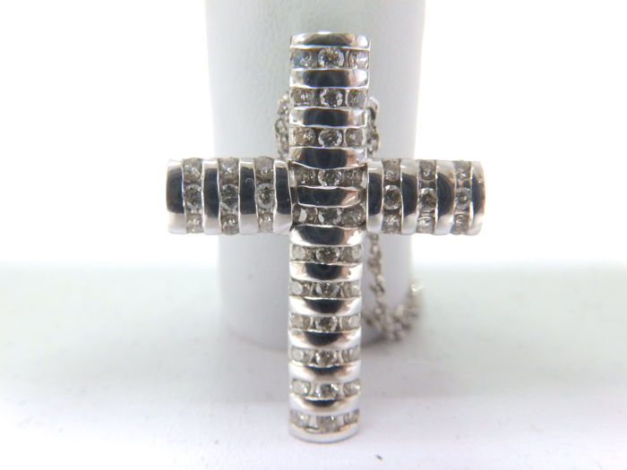 Fine cord chain and Latin cross in white gold, with 51 brilliant-cut diamonds of 1.20 ct Cross size: 32 x 22 mm Cord length: 55 cm