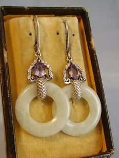 Earrings with green jade circles (10ct) and facetted amethysts (1ct), circa 1975/80