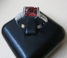 18 kt gold ring with rubies and diamonds, size 16, no reserve price.