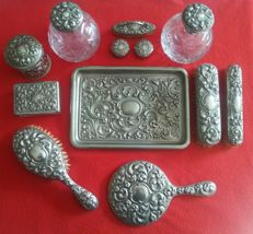 Antique toilet set made in alpacca (nickel) silver, made of 13 pieces. Late 19th century