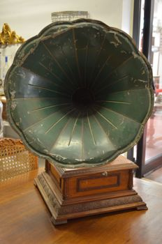 Gramophone Pathephone model 8 - walnut - France - ca. 1910
