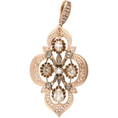 14 kt - Rose gold pendant set with 10 rose cut diamonds, 3 pear cut diamonds with a total of approx. 0.32 ct, and 1 emerald cut diamond of approx. 0.095 ct - Length: 55 mm x width: 27 mm