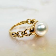 Yellow gold ring of 750/1000 and cultivated round Akoya pearl of 9.5 mm in diameter.