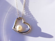 Chain and pendant in 18 kt white gold, with a cultured pearl.