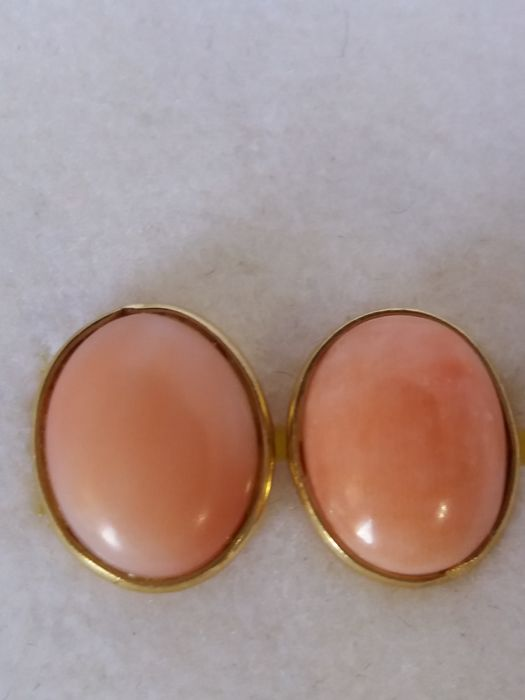 Earrings with pink oval-shaped coral in 18 kt gold