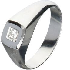 18 kt white gold men's ring, set with a round brilliant cut diamond of approx. 0.07 ct – Ring size:  18 mm