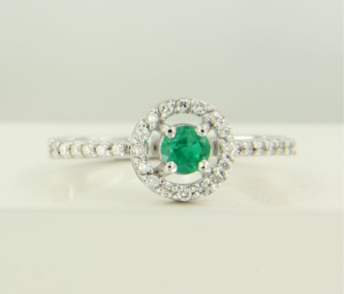 14 kt white gold entourage ring with a central 0.33 ct brilliant cut emerald and 28 brilliant cut diamonds, 0.24 ct, ring size 17.25 (54)