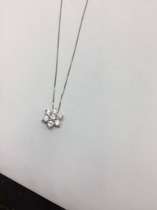 Necklace with pendant in the shape of a little flower, with diamonds totalling 0.50 ct - Standard length necklace