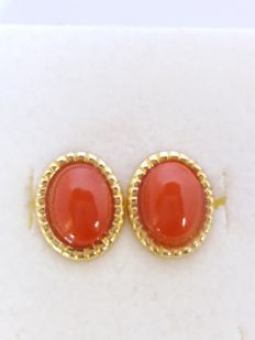 Earrings with pink, oval-shaped coral and 18 kt gold