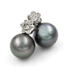 White gold, 18 kt - Earrings with a flower design - Brilliant-cut diamonds, 0.30 ct - Tahitian pearl, 11.80 mm