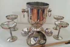 A set of champagne in precious metal. Engraved at its base by the manufacturer. 1970s