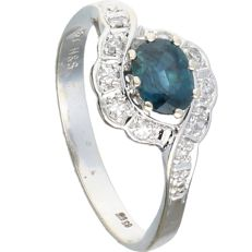14 kt – White gold ring set with an oval cut sapphire and 10 octagon cut diamonds of 0.15 ct in total – Ring size:  17.5 mm