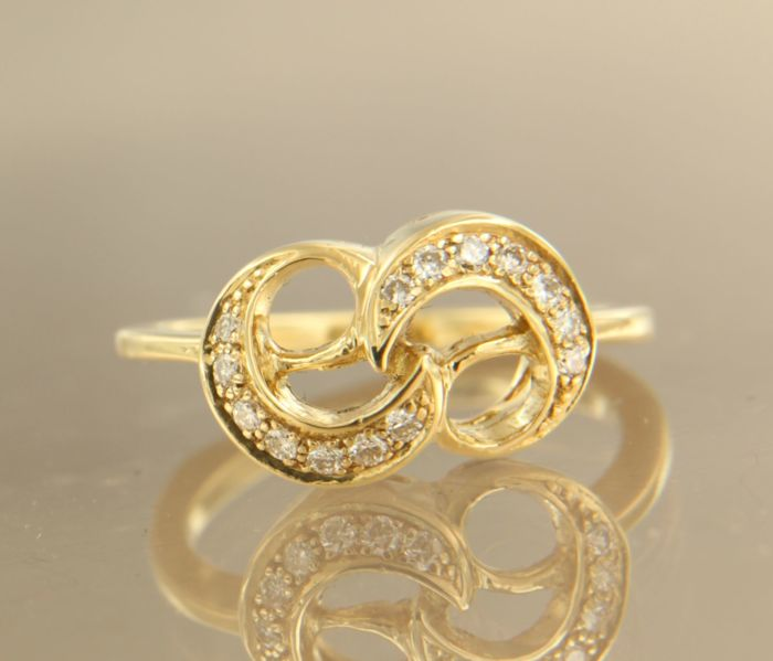 18 kt yellow gold ring set with 14 brilliant cut diamonds, ring size 16.5 (52)